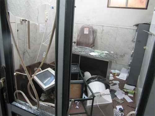 des voyous sacccage la résidence du grand ayatollah saanei  Sanei-office-attacked-by-thugs2