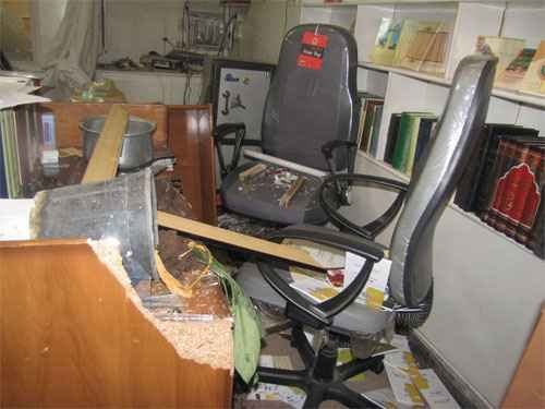 des voyous sacccage la résidence du grand ayatollah saanei  Sanei-office-attacked-by-thugs8