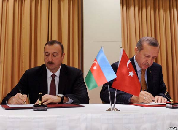 Azerbaijani President Ilham Aliyev (left) and Turkish Prime Minister Recep Tayyip Erdogan sign a protocol of the first meeting of Azerbaijan-Turkey High-Level Strategic Cooperation Council in Izmir on October 25
