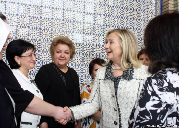 Clinton meets Tajik women in downtown Dushanbe on October 22